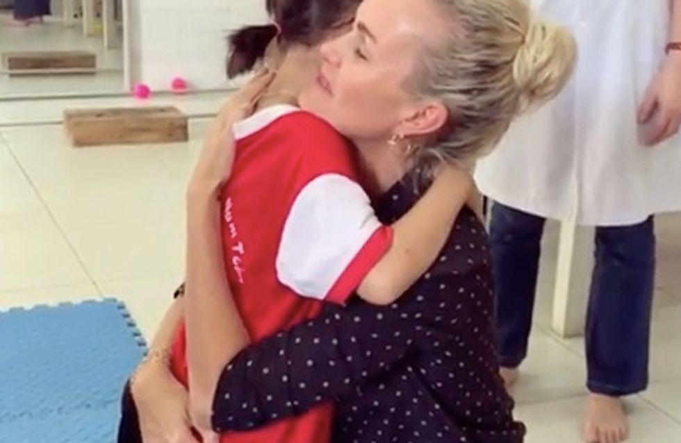 Laeticia Hallyday: sa vidéo bouleversante d'une fillette handicapée marchant pour la première fois
