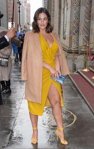 Ashley Graham in un outfit elegante super alla moda