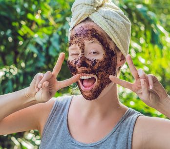 Todo lo que necesitas saber sobre los exfoliantes faciales y corporales