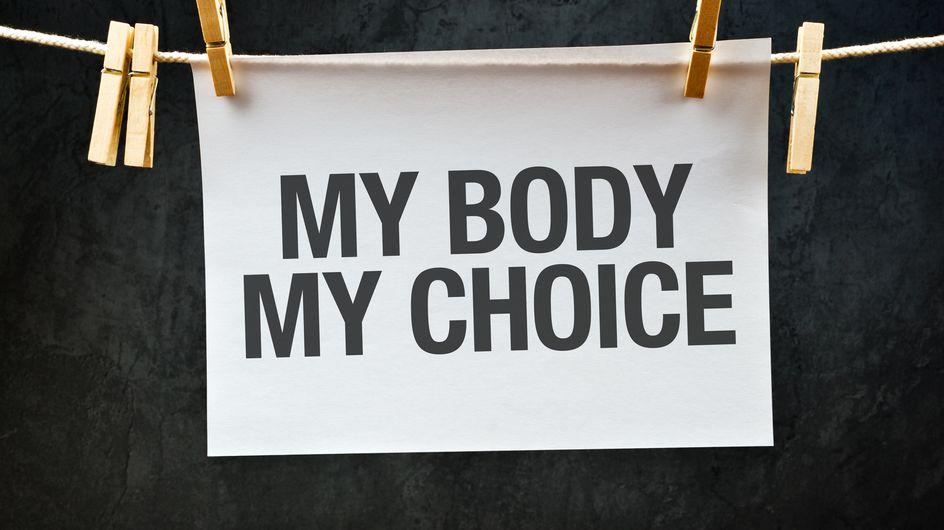 Une élue lit une lettre poignante à sa fille pendant un débat sur une loi anti-IVG