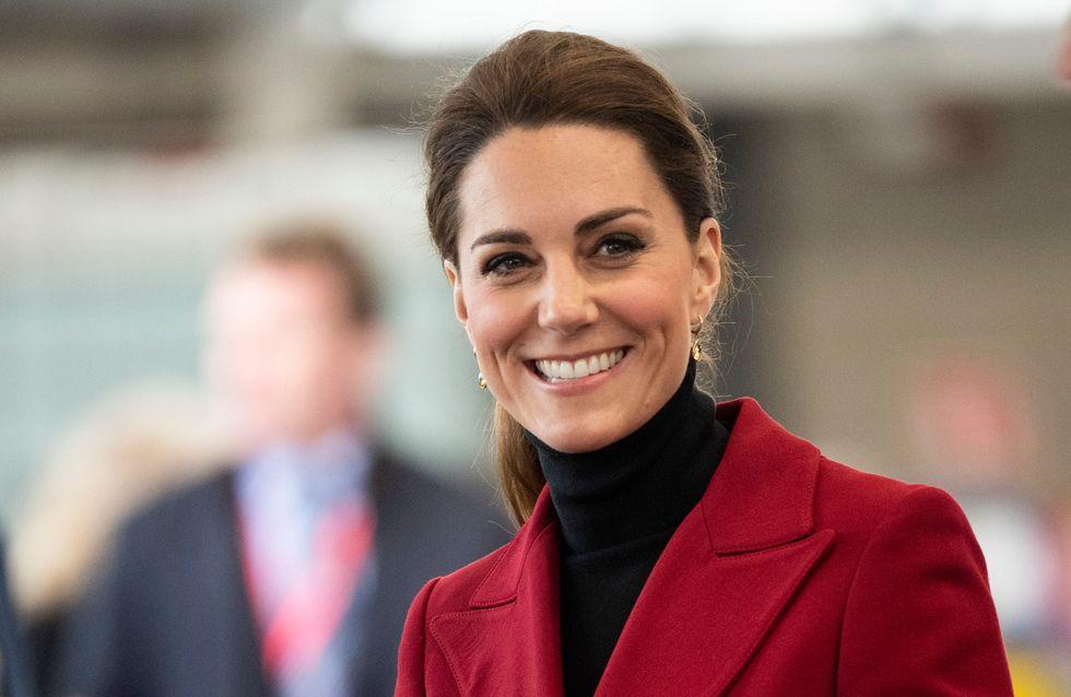 Aux côtés de la reine, Kate Middleton fait sensation dans une longue robe fleurie