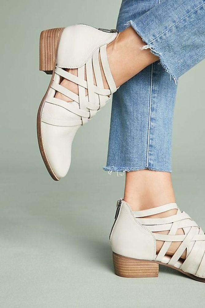 Scarpe estive chiuse: gli stivali color carne