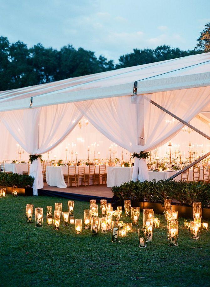 Une tente de mariage et de jolis éclairages