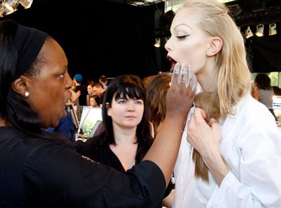Cette makeup artist utilisait de la poudre de cacao pour fixer son maquillage