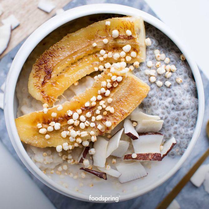 Yogurt, chia, banana e chips di cocco