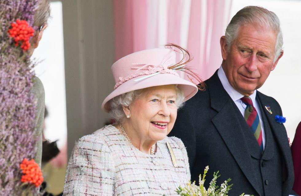 Un cliché du Prince Charles qui s'ennuie au couronnement de sa mère refait surface