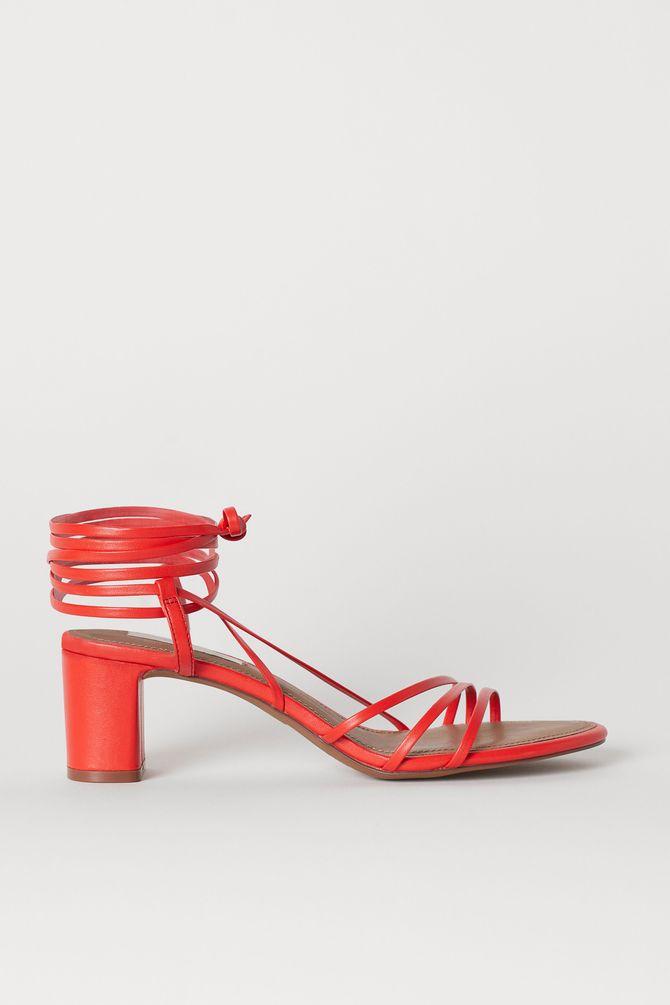 Sandali con lacci sottili rossi
