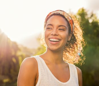 Crema facial con protección solar, la clave para una piel joven