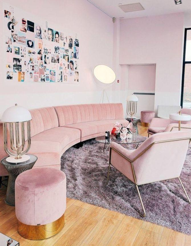 Un salon rose poudré