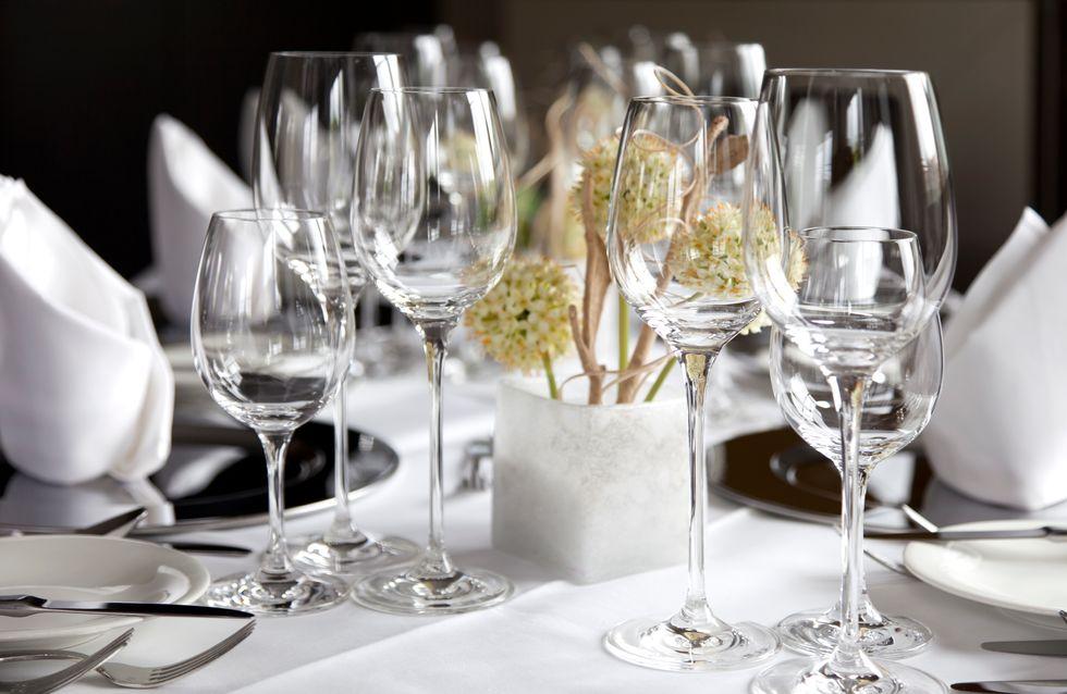 Une carafe de détergent est servie par erreur dans un restaurant, une cliente en boit