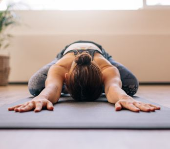 6 posturas de yoga para aliviar el dolor menstrual