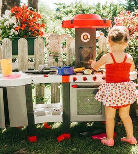 A quel âge mon enfant peut-il m'aider en cuisine ? Le guide des tâches par âge