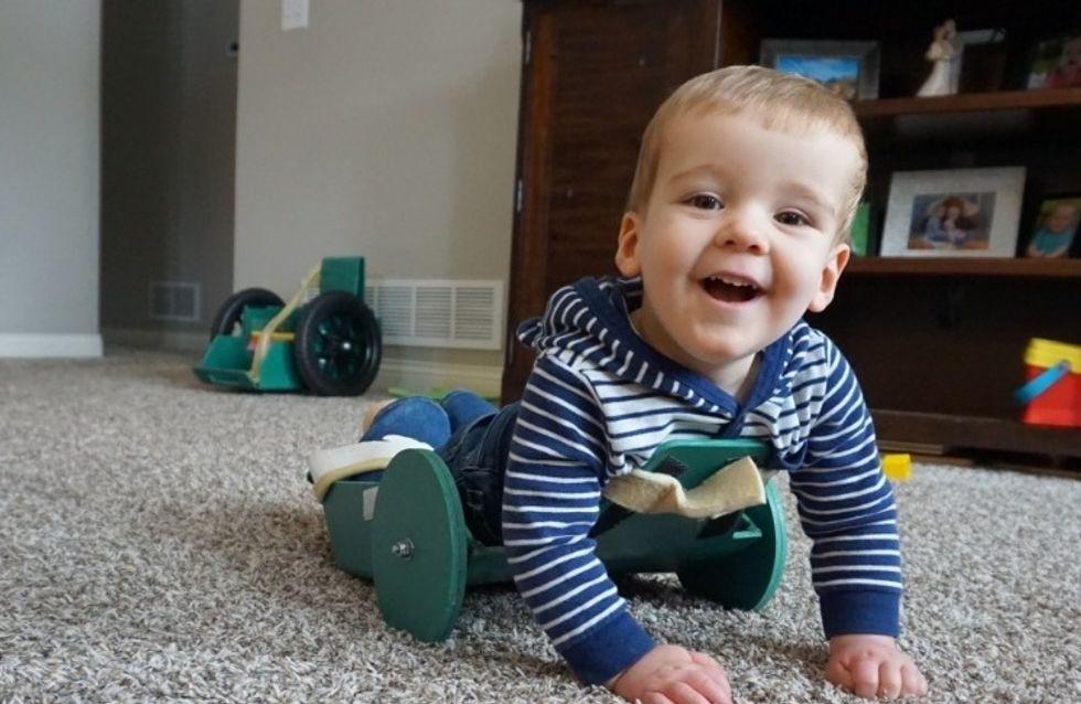 Atteint de spina bifida, ce petit garçon arrive à se déplacer grâce à l'invention de son père