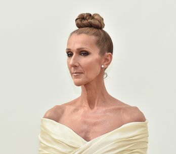 En mini-robe blanche, Céline Dion hypnotise la Fashion Week