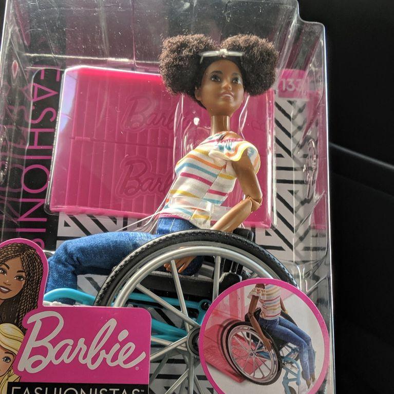 Mattel Lance Une Barbie Noire En Fauteuil Roulant Et Ravit