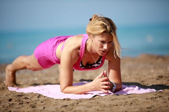 Planches de gainage : entraîne-toi à la plage