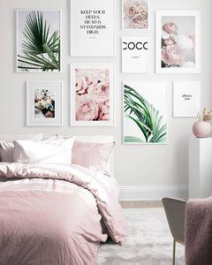 Un mur de photos dans la chambre