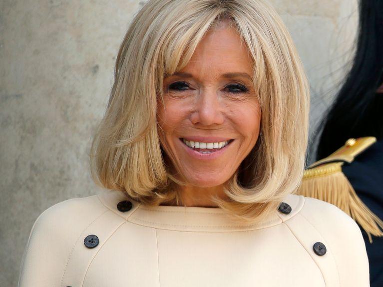 En robe beige, Brigitte Macron nous offre un look parfait pour l'été
