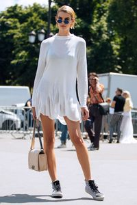 Mode-Profis machen es vor: Schwarze Unterwäsche unter weißer Kleidung