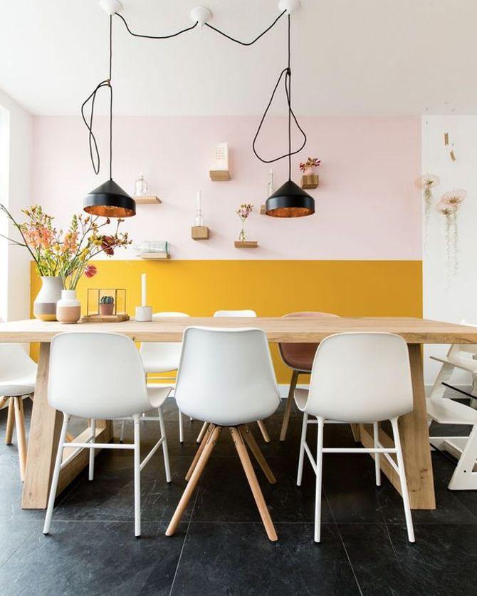 Un salon rose pastel et jaune moutarde