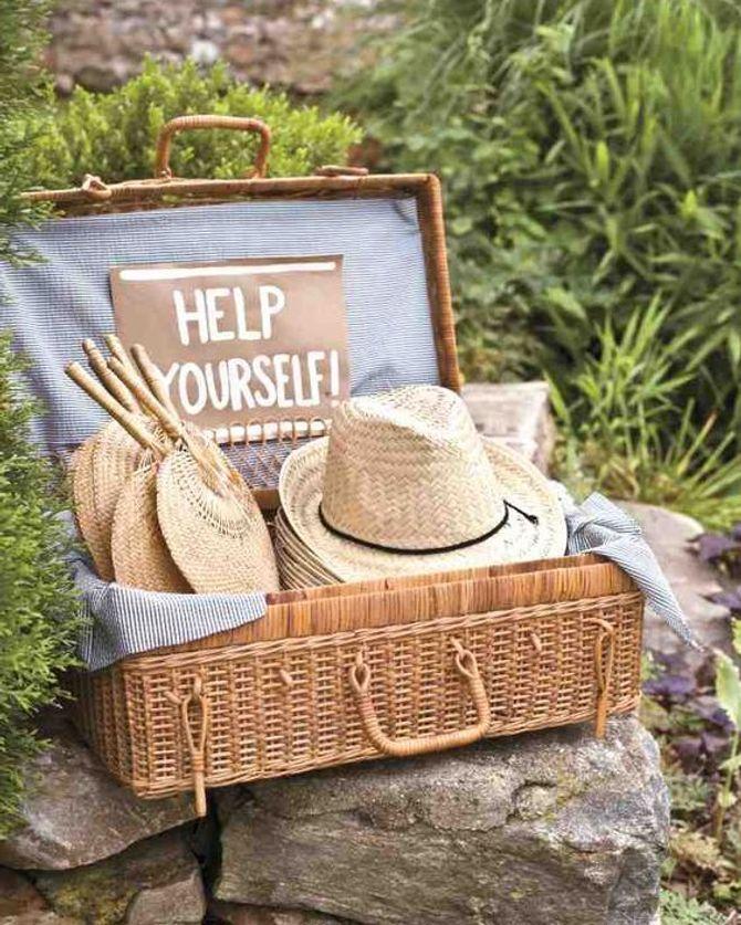 Des chapeaux de paille pour les invités