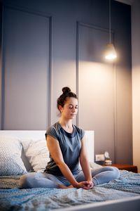 Quelles postures pour pratiquer le yoga sur mon lit ?