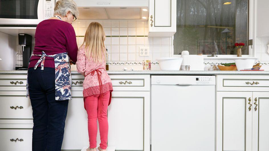 """Cette grand-mère ébouillante les pieds de sa petite-fille pour la """"gronder"""""""
