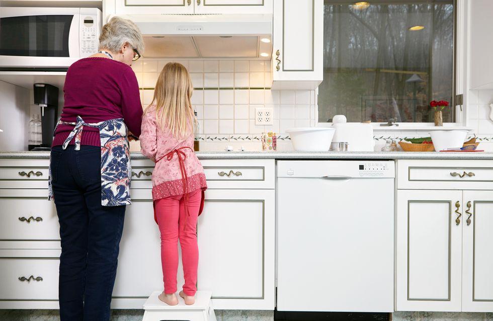 Cette grand-mère ébouillante les pieds de sa petite-fille pour la gronder
