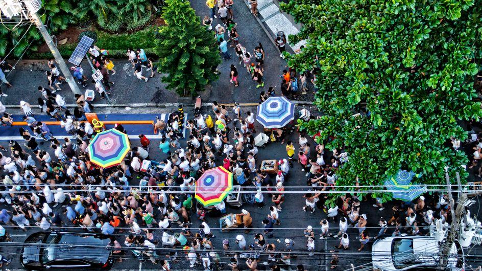 """Un """"Sauvage"""" maquillé en noir défile pendant un carnaval, malgré des accusations de racisme"""