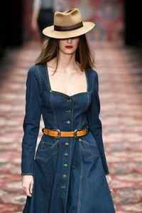 Jeanskleider sind im Herbst und Winter 2019 Trend
