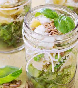 6 ensaladas en frascos que cambiarán tu forma de comer en el trabajo