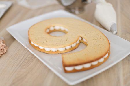 Gâteau chiffre avec une base de pâte sucrée, la base
