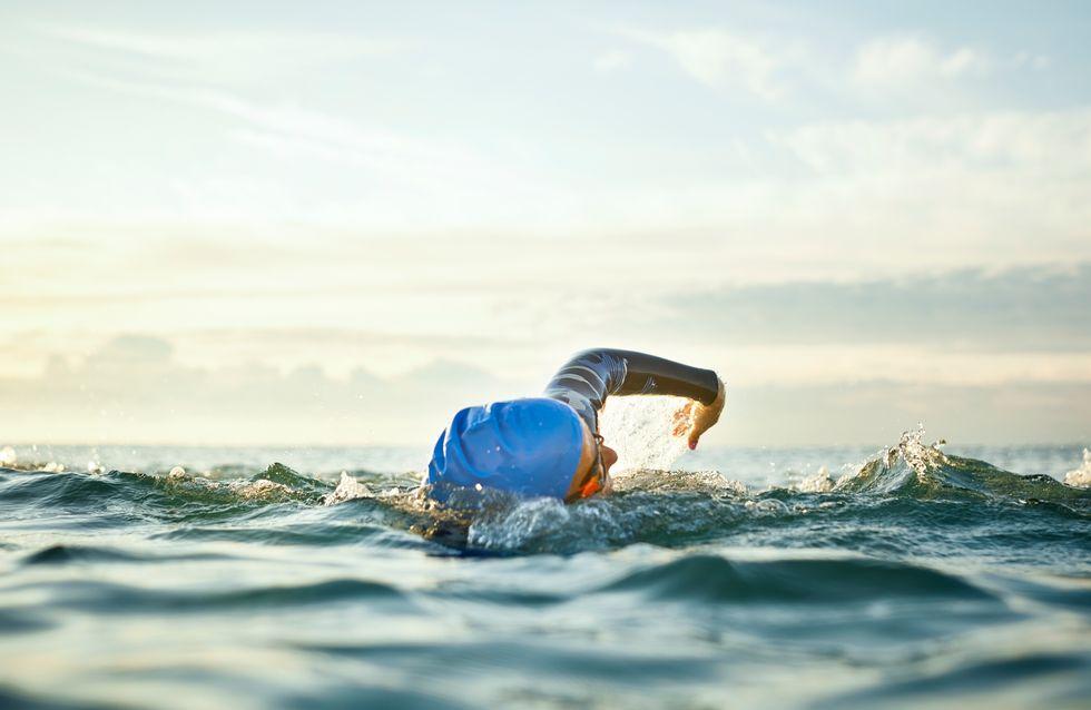 Survivante d'un cancer du sein, elle traverse quatre fois la Manche à la nage sans s'arrêter