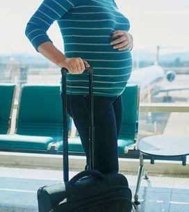 Viajar en avión durante el embarazo, ¿existen riesgos?