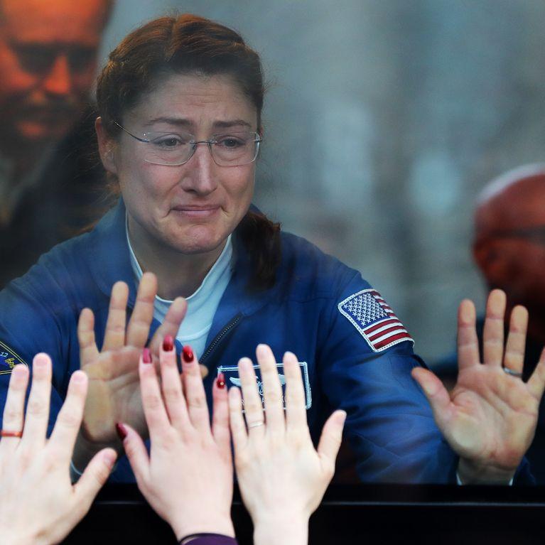 Dos astronautas listas para el primer paseo espacial exclusivamente femenino