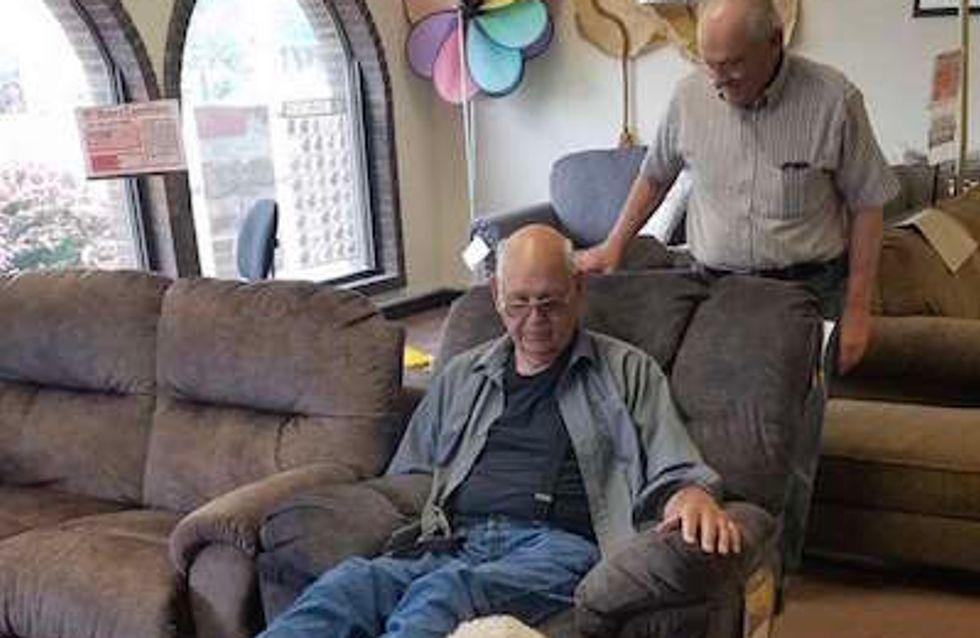 Les photos de ce grand-père choisissant un nouveau fauteuil avec son chien sont adorables