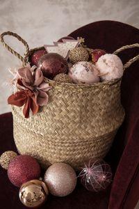 Un panier rempli de boules de Noël