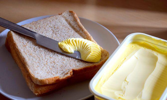 Pain de mie et margarine, des aliments transformés dans la composition desquees on décèle souvent de l'huile de palme