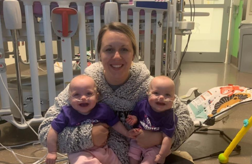 Nées à 22 semaines, ces jumelles prématurées ont fêté leur premier anniversaire