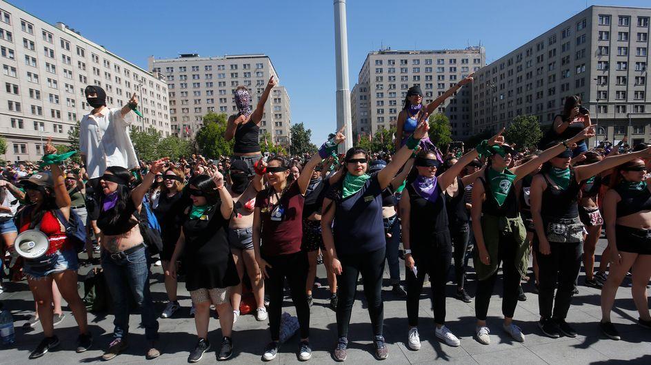 Les yeux bandés, des femmes dénoncent les féminicides lors d'un happening au Trocadéro