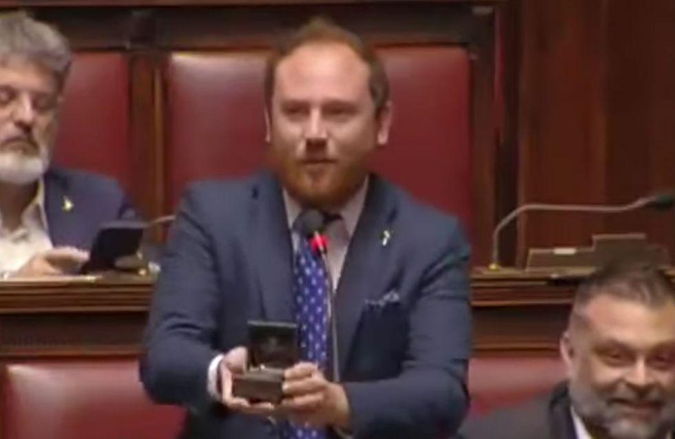 Un député italien demande sa petite-amie en mariage au Parlement !
