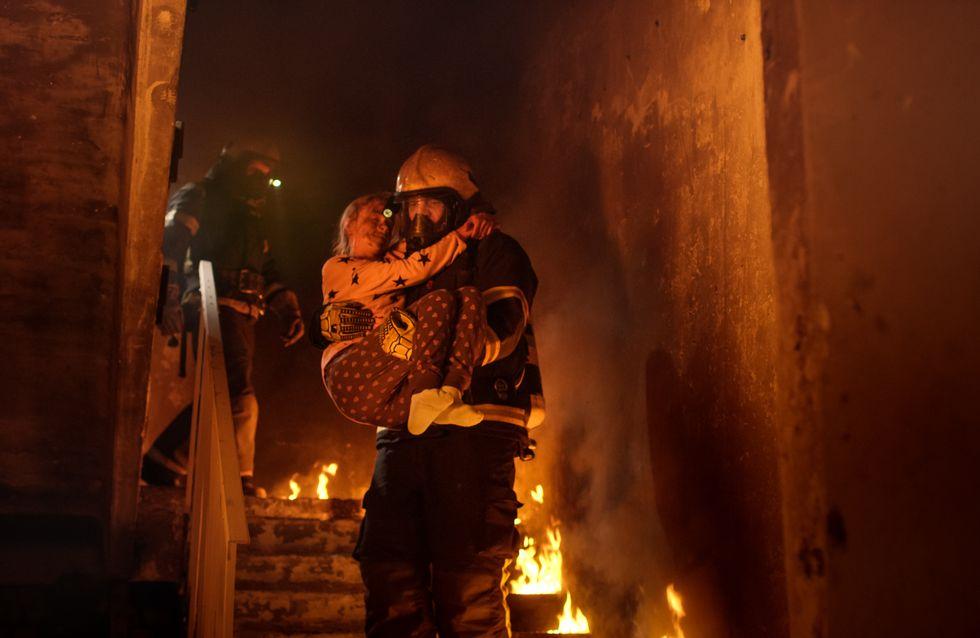En voulant sauver son chiot, ce petit garçon meurt dans l'incendie de sa maison