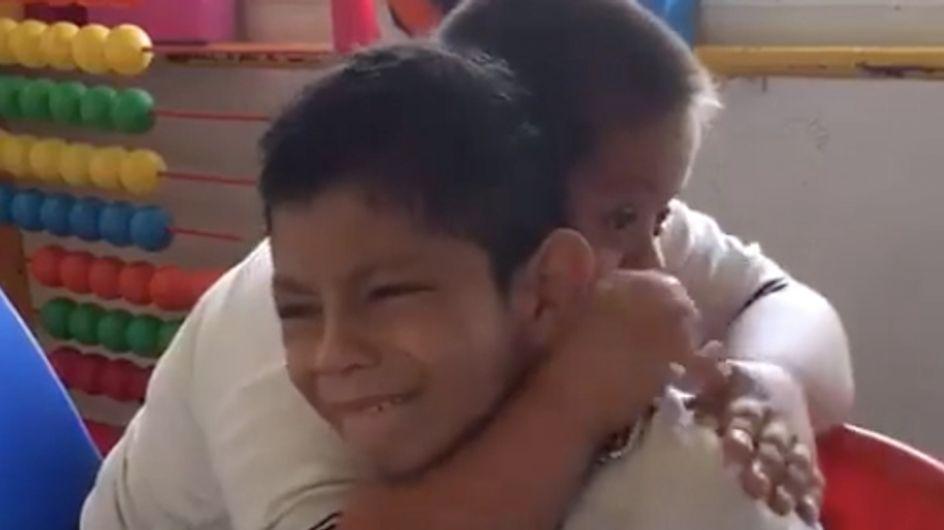 Adorable ! Ce petit garçon porteur de trisomie 21 réconforte un camarade de classe autiste