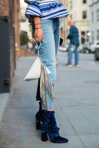 Perfekt zu den Eyecatcher-Schuhen sind Cropped Jeans, die auf Knöchelhöhe enden.