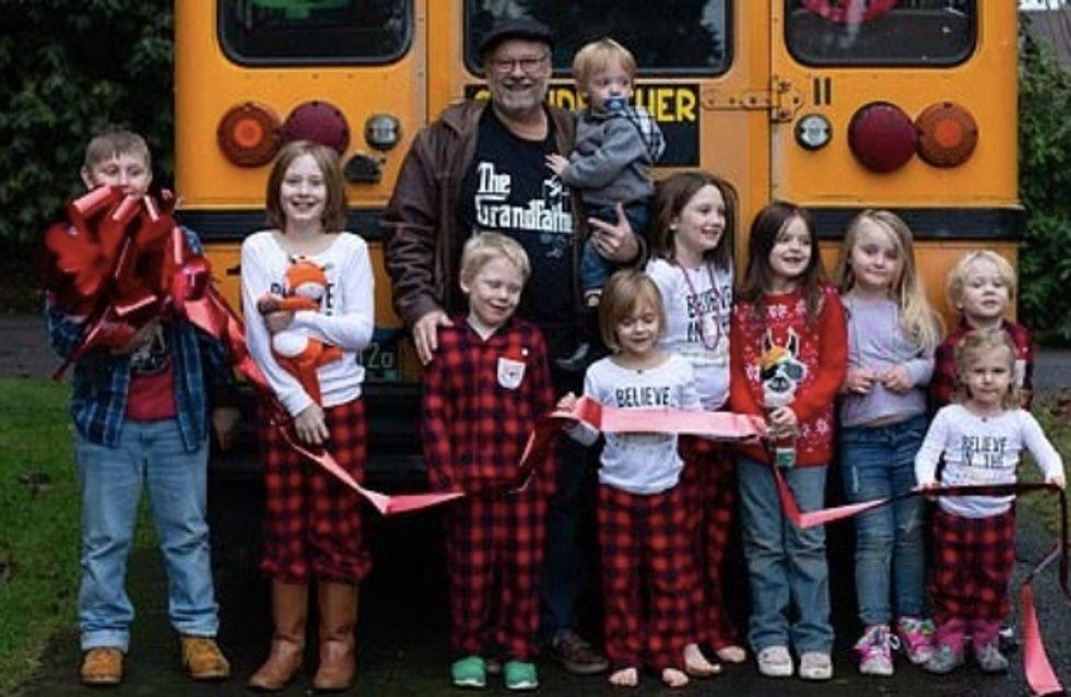 Gaga de ses 10 petits-enfants, il achète un bus pour les emmener à l'école tous les matins