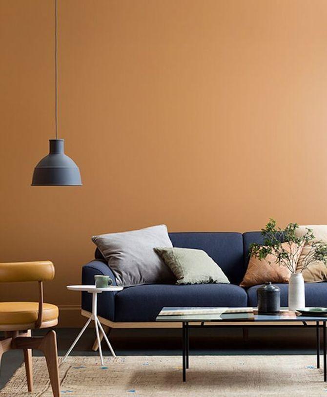 Un salon orange et bleu