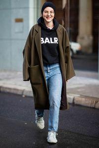 Hoodie zu Jeans stylen