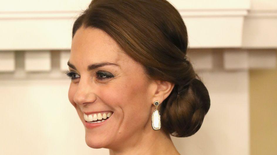 En robe rouge à sequins, Kate Middleton illumine Buckingham Palace