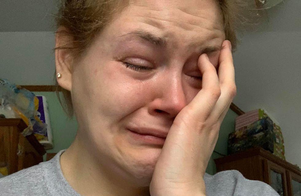 « Tout le monde pense qu'il est facile d'être une mère au foyer à plein temps » : en larmes, une maman répond aux critiques