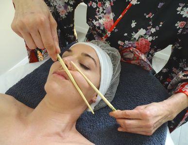 Masaje con palillos asiáticos